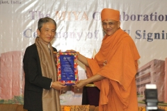 A token of rememberance handed over to Prof. Murakami Keisuke  by PP Tyagvallabh Swamiji, President,  Atmiya University.